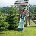 Noclegi Młynarczyk w Jurgowie -w ogrodzie znajduje się drewniany domek dla dzieci.